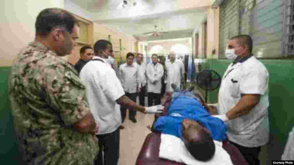 Médicos cubanos dan una gira por sus instalaciones en Haití a miembros del personal de la embajada de Estados Unidos y de la misión Promesa Continua 2015.