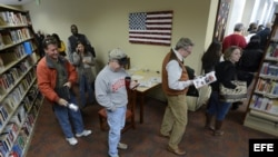Ciudadanos hacen cola para ejercer su derecho al voto adelantado para las elecciones generales.