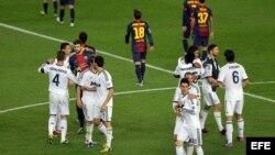 Los jugadores del F. C. Barcelona y del Real Madrid.