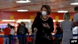 Una turista arriba al Aeropuerto Internacional de La Habana. YAMIL LAGE / AFP)