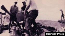 Operación Makasi: Exiliados cubanos en el Lago Tanganyka alistan una ametralladora pesada.