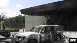 Vista de los restos carbonizados de un edificio del consulado estadounidense en Bengasi (Libia)