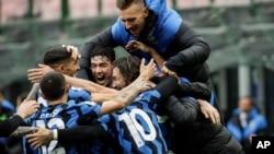 Matteo Darmian (derecha) del Inter de Milán celebra tras anotar el gol de la victoria en un juego ante Cagliari. (AP Foto/Luca Bruno)
