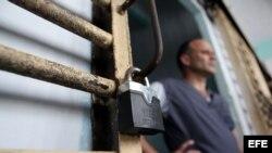 Un recluso permanece en la puerta de su celda, en la prisión Combinado del Este, en La Habana (Cuba).