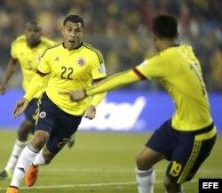 El defensa colombiano Jeison Murillo (i) celebra el gol marcado a la selección brasileña durante el partido Brasil-Colombia, del Grupo C.