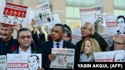 Una protesta de representantes de IPI y otras organizaciones en Estambul, el 31 de octubre de 2017 (Yasin Akgul, AFP).