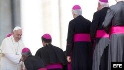 El papa Francisco (izda) saluda a un grupo de obispos tras celebrar la audiencia general.