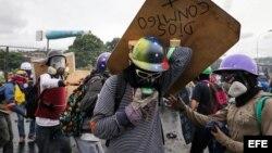Manifestantes se enfrentan con las fuerzas de seguridad durante una protesta en Caracas.