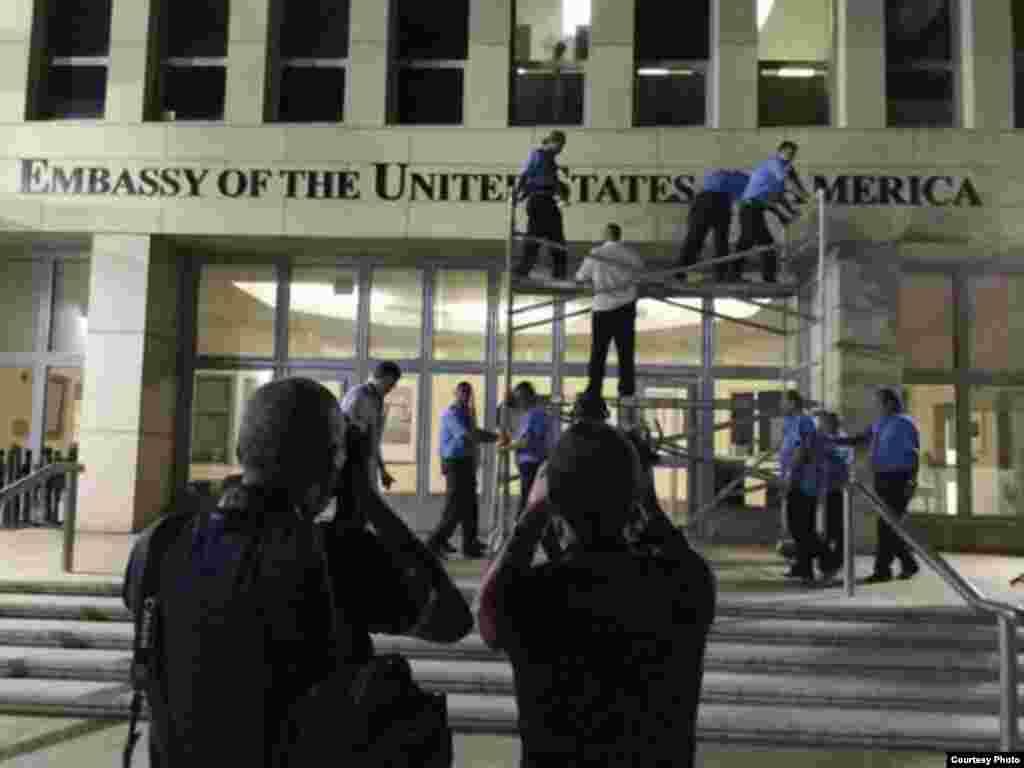 Detalles de la colocación de las letras en el frente de la embajada, donde los cubanos podrán recibir servicios consulares e informativos.