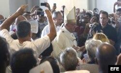 Entrada del papa Francisco a la misa en la Basílica Menor del Santuario de Nuestra Señora de la Caridad del Cobre en Santiago de Cuba (22 de septiembre, 2015)