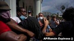 Agentes de civil arrestan violentamente a los manifestantes el 11 de julio en La Habana.