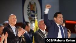 Carlos Vecchio, embajador de la República de Venezuela ante los Estados Unidos, con el brazo en alto.