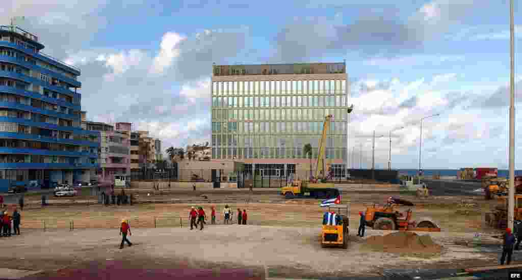 En enero del 2006 un grupo de obreros de construcción trabajan en una ampliación de la tribuna anti-imperialista José Martí ubicada frente a la Sección de Intereses de EEUU en La Habana. Foto Archivo