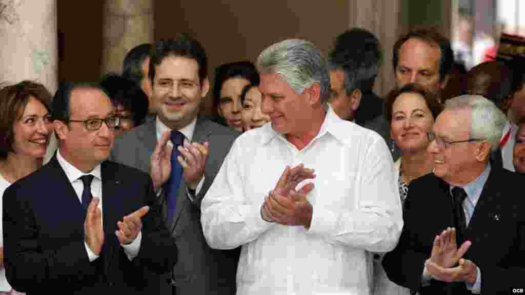 El presidente de Francia François Hollande (i); el vicepresidente de Cuba, Miguel Díaz-Canel (c), y el historiador de La Habana, Eusebio Leal (d), participan en la inauguración de la nueva sede de la Alianza Francesa.