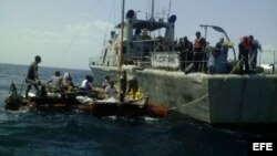Miembros de la Armada de México dan auxilio a una balsa con ciudadanos cubanos, frente a las costas del estado de Yucatán.