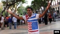 Un hombre posa con una camiseta con las banderas de EEUU y Cuba, el 20 de enero de 2016, en el Paseo del Prado de La Habana.