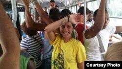 """Belén Marty, periodista argentina que viajó a La Habana: """"Escuché mucha crítica, una señora que estuvo como cuatro horas esperando una ambulancia, quise ir al baño y tenía un olor nauseabundo. Había un solo baño habilitado, no tenía puerta...""""."""