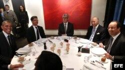 El presidente estadounidense Barack Obama (i) cena con su homólogo francés François Hollande (d) en el restaurante 'Le Chiberta' de París, Francia.
