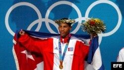 El boxeador cubano Yuriorkis Gamboa posa con la medalla de oro ganada en las olimpíadas de Grecia de 2004.