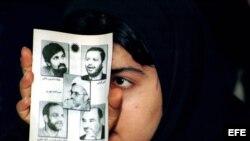 Una estudiante iraní reformista muestra en la universidad de AmirKabir de Teherán las fotos de periodistas encarcelados durante una manifestación