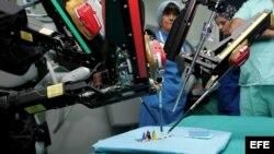 Brazos mecánicos de la primera máquina robótica capaz de realizar una cirugía.