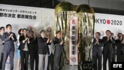 Foto de archivo. El gobernador de Tokio, Naoki Inose (centro izda), celebra la victoria de la candidatura de Tokio para celebrar los Juegos Olímpicos de 2020 con las delegaciones de la candidatura olímpica.