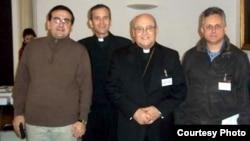 Editores de la revista Espacio Laical Lenier González (izq.) y Roberto Veiga (der.) posan junto al Cardenal Jaime Ortega