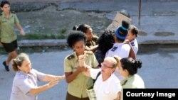 Los represores detienen a las Damas de Blanco.