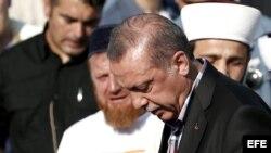 Erdogan llora durante el funeral de Erol Olcok, y de su hijo Abdullah Tayyip Olcok, muertos durante el golpe de estado.