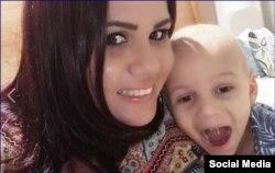 Leticia Pascual con su niño. (Foto: Facebook)