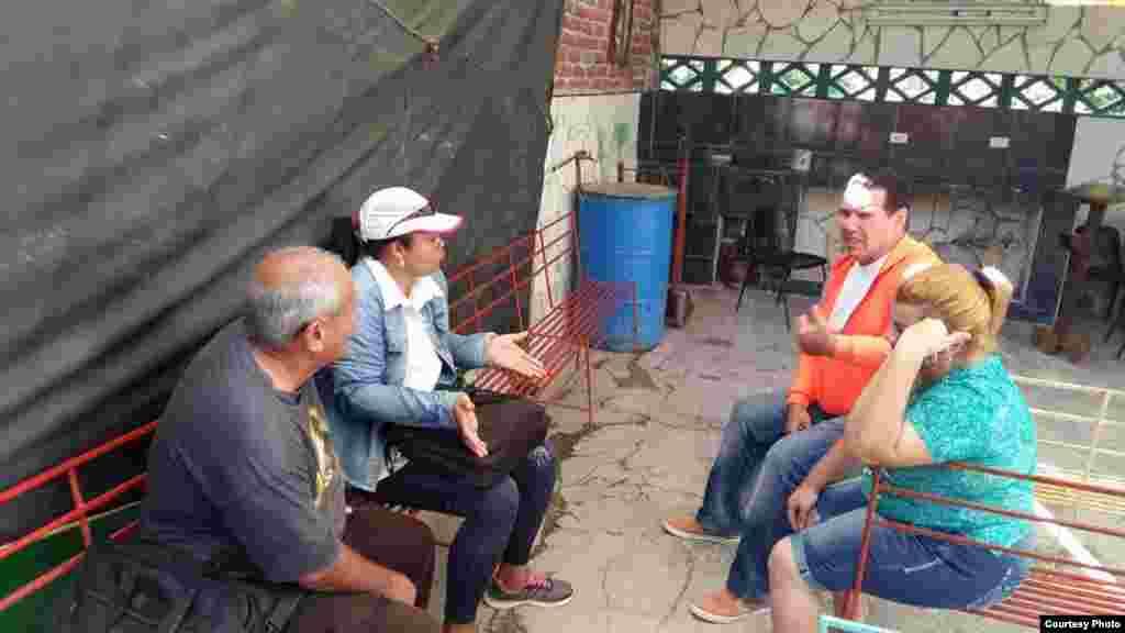 Funcionarios del Partido Comunista de Cuba (PCC) y el Departamento de Higene y Epidemiología que visitaron al pastor Mario Jorge Travieso en Las Tunas (I).
