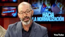 Ted Henken durante una entrevista con la presentadora cubanoamericana María Elvira Salazar. (Captura de video/YouTube)