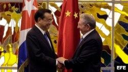 Raúl Castro y el primer ministro de China, Li Keqiang (i), participan en una ceremonia de firma de acuerdos.