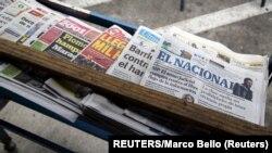 Ejemplares del diario El Nacional es visto en un kiosko de periódicos en Caracas, la capital venezolana en 2015. El rotativo fue demandado bajom un impuesto millonario por el alto funcionario del gobierno de Niolás Maduro, Dios Dado Cabello. Foto: REUTERS/Marco Bello.