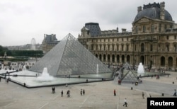 La pirámide de El Louvre.