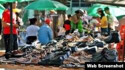 Vendedores de zapatos en un área al aire libre.