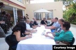 David A. Duckenfield, Secretario Adjunto de Comunicaciones del Departamento de Estado de los Estados Unidos, sostuvo un encuentro con 9 periodistas independientes cubanos en la sede de la Residencia de la excelentísima Lynn Roche Jefa de la Oficina de Pre