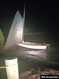 El bote en el que viajaron hasta las costas de Florida.