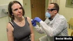 Jennifer Haller, la primera voluntaria que recibió una inyección de la vacuna experimental contra el coronavirus, en una imagen tomada de un mensaje de Associated Press en Twitter.