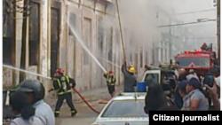 Reporta Cuba. Incendio en la fábrica de picadura Segundo Quincosa, antigua Regalías el Cuño, Centro Habana. Foto: @donsayut.