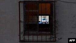 Díaz-Canel en la Televisión cubana usando mascarilla protectora. YAMIL LAGE / AFP