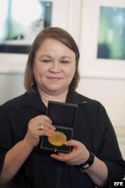 Zoé Valdés con la Gran Medalla de Vermeil de París