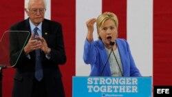 La candidata presidencial del partido demócrata Hillary Clinton (d) y el hasta ahora rival por la nominación Bernie Sanders (i) durante un acto celebrado en Portsmouth, Nuevo Hampshire, Estados Unidos hoy 12 de julio de 2016. El senador estadounidense Be