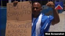 Maikel Herrera Gómez durante una protesta en la Rampa habanera. (Archivo)