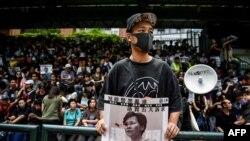 Un manifestante despliega una imagen de la gobernadora Carrie Lam durante una protesta en Hong Kong el 31 de agosto (Foto: Lillian Suwanrumpha/AFP).