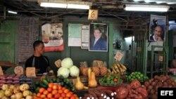 Mercado agrario con carteles con las imágenes de Fidel y Raúl Castro.