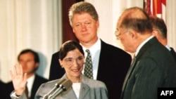 Juramentación de Ginsburg como jueza de la Corte Suprema