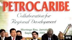 Fotografía de archivo del presidente venezolano, Hugo Chávez (izda), acompañado por el primer ministro de Jamaica, Percival James Patterson (dcha), durante la cumbre de Petrocaribe celebrada el 6 de septiembre de 2005, en Montego Bay (Jamaica). EFE