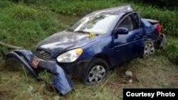 Así quedó el Hyundai Accent guiado por Carromero tras derrapar y chocar contra un árbol. La familia de Payá afirma que mensajes de texto enviados antes del accidente mencionaban a un auto que les venía siguiendo. en una parte de la carretera cubierta de
