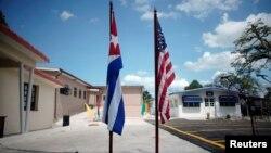 Banderas de Cuba y EEUU en el Museo Ernest Hemingway.
